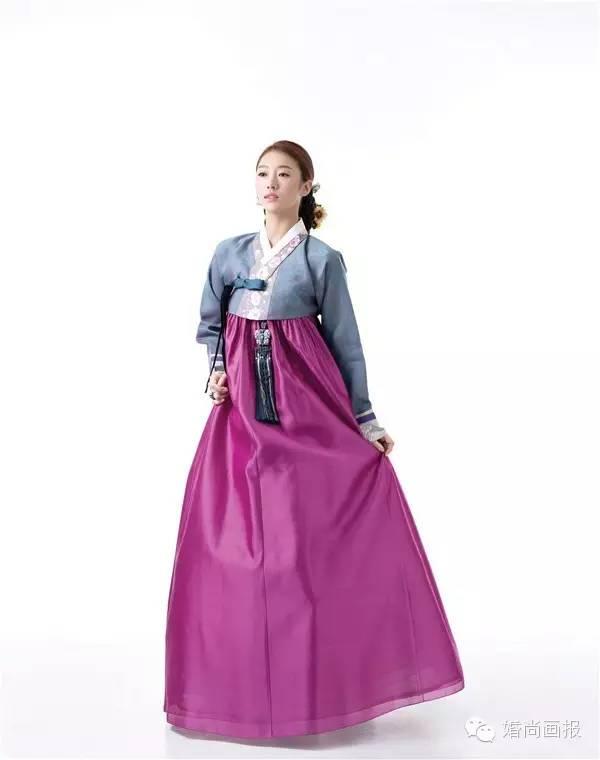 原标题:婚纱礼服  精致韩服 传统韩服设计,外加细节点缀,演绎出高雅,时尚的韩式新娘形象。给予我们美的视觉享受。 「韩服1」 黄色上衣与枚红色裙摆相搭配演绎出高贵,时尚的韩式新娘形象,领口镂空式花纹设计搭配胸前绿色蝴蝶结给人以精致的惟妙感,再加上袖口刺绣设计尽显新娘端庄。