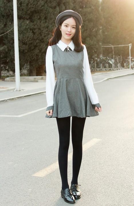 波多野结极品丝袜_竖条纹英伦风de连衣裙,搭配简单的丝袜和复古的皮鞋,学院感超强~~鞋子