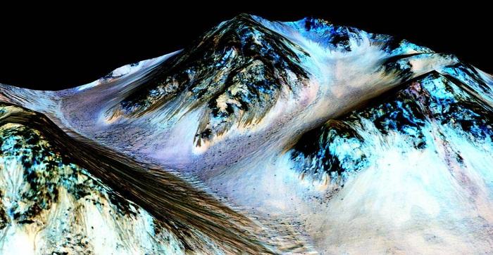 火星山坡上这些100米长的彩色条状物多是由活动水构成。来历:NASA/JPL/University of Arizona