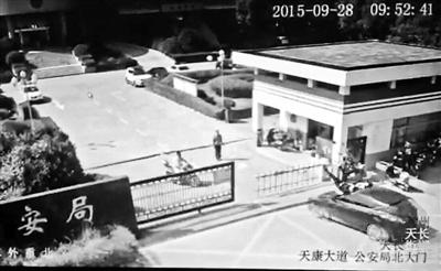 视频显现,当受益人秦某某和闵某某正预备进入天长市公安局时,被死后一辆快速驶来的彩色轿车撞飞