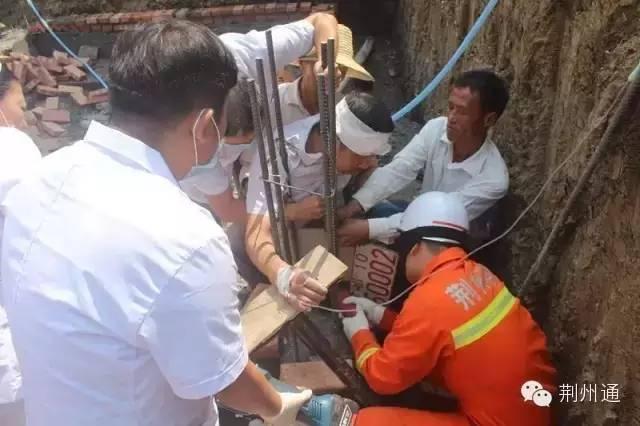 9月16日上午10时,在荆州市监利县新沟镇快速出口处的修建工地上,一位工人从楼上下跌,被钢筋穿喉,股票配资 消防胡匪把钢筋锯断才将其救出。