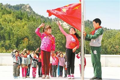 卫辉市大池山小学开展向国旗敬礼活动