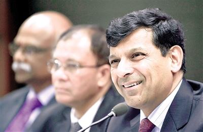 9月29日,在印度孟买,印度央行行长拉詹在新闻发布会上讲话。 印度央行29日宣布将基准利率下调50个基点,从先前的7.25%降到6.75%,为四年多来最低。2015年以来,印度央行已经三次降息,每次均为25个基点。 新华社/法新