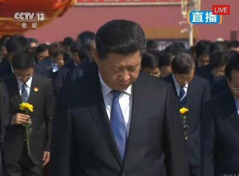 习近平等党和国家领导人向人民英雄敬献花篮图片