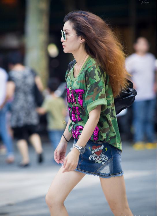九月的美女依然那么的火辣,美女+丝袜+超短裤矮马吊带骑图片