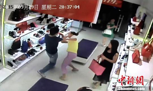 行窃的中年男子殴打店员。 监控视频截图 摄