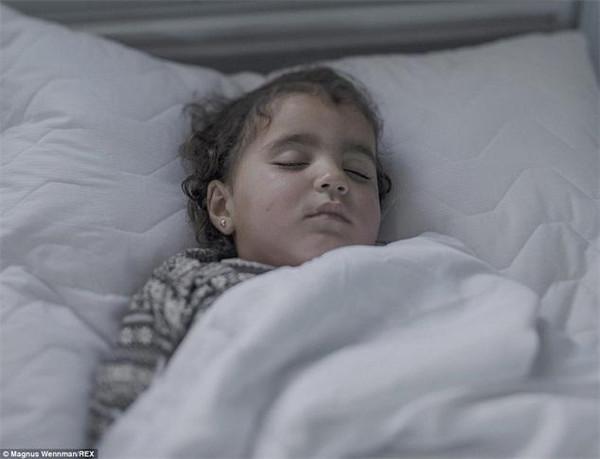 叙利亚难民儿童每晚都睡在这么恐怖的地方