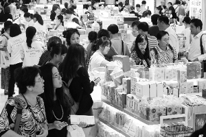 9月30日,在位于韩国首尔小公洞的乐天免税店,中国游客人头攒动