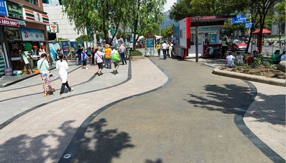 """2015年09月17日,上海,陆家嘴""""海绵城市""""微实践 陆家嘴环路人行道铺装改造。图片来源:CFP"""