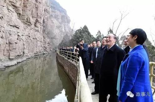 王岐山在28日上午与河南省有关领导干部的座谈会上指出,必须紧紧抓住基层党组织建设这个关键环节,大力弘扬焦裕禄精神和红旗渠精神。