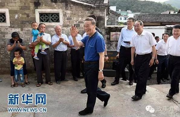 王岐山在红四军革命旧址参观时,向附近村民挥手致意。