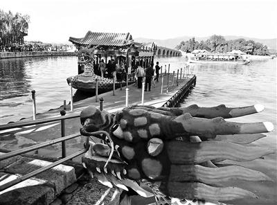 本报讯(见习记者 武文娟)送走微风,国庆假期第二天迎来阴沉的气候,各公园游船也再次失常起航,乘游船的旅主人数也激增。北京青年报记者从颐和园办理处知道到,今天1.5万人次旅客在颐和园乘游船,为素日0.3万人次的5倍。