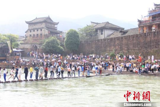 凤凰古城游人如织。 凤凰县供图。 摄