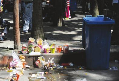 成都动物园内,乱扔垃圾现象随处可见