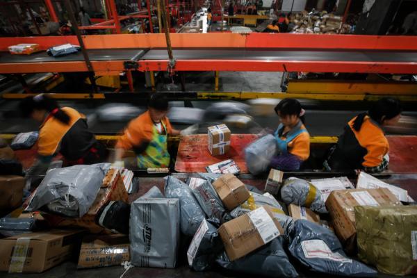 上海某快递公司员工正在分拣货物。杨一 澎湃资料