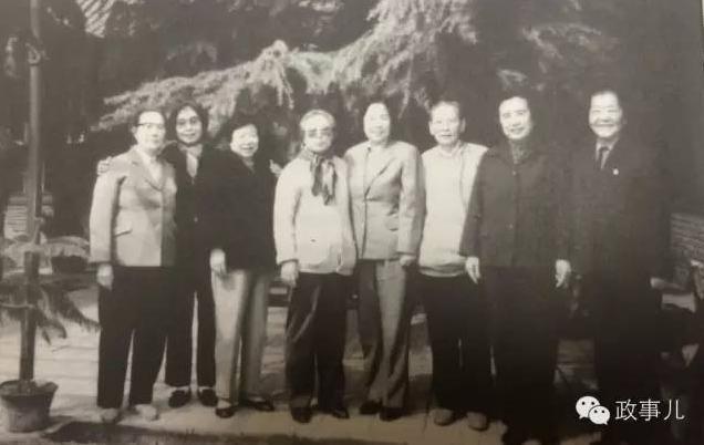 1984年,齐心(左二)与抗大女生队部分老战友相聚。