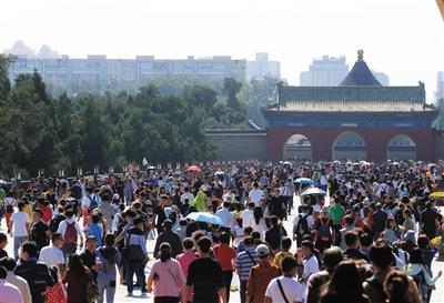 昨天,国庆黄金周第三天,天坛公园吸收很多旅客前来参观旅行。图/东方IC