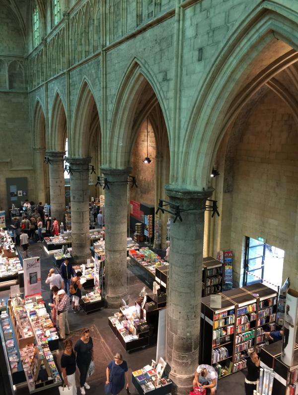 垂直设计充分利用教堂内部空间的高度。作者供图