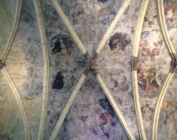 飞肋骨架的穹顶依稀可见昔日天顶壁画的印记。作者供图