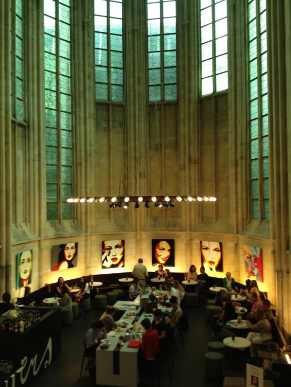 昔日哥特式教堂最神圣的所在,现在被改造为书店咖啡角。作者供图