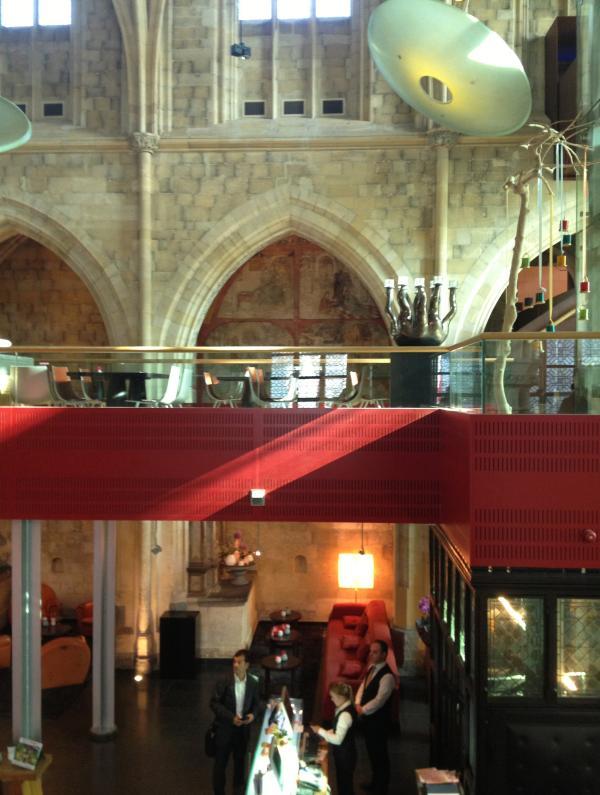 荷兰马斯特里赫特市另一个成功的教堂改造项目是改成设计酒店,图为酒店前台。作者供图