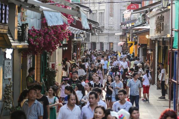 2015年10月1日,鼓浪屿人气最旺的龙头路商业街。 CFP 图