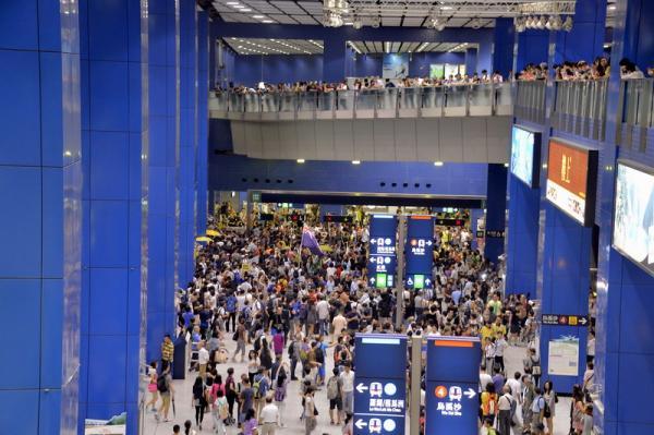 昨天香港地铁站内,少数急进分子挥动港独旗号肇事