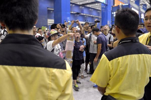 香港地铁作业人员保持秩序
