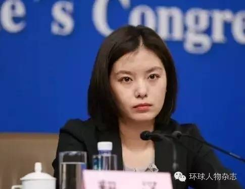 """张京,杭州人,2003年从杭州外国语学校毕业,被保送到外交学院英语专业,2007年被外交部录用。由于在学校里一直出色,同学都称她为""""牛掰学姐""""。"""