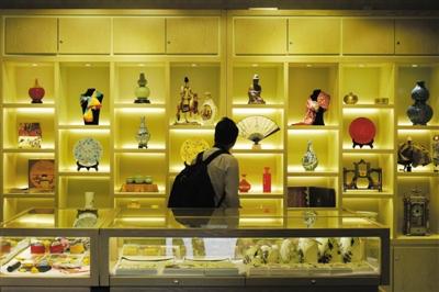 10月4日,故宫一家纪念品商店内,游客在挑选商品。本版摄影/新京报记者 王嘉宁 吴为