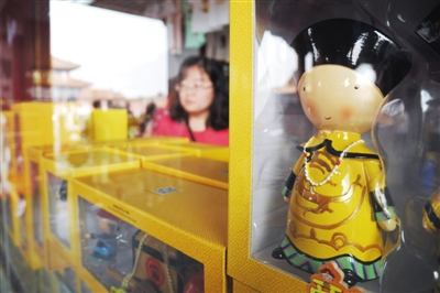 故宫一些充满宫廷气息的纪念品受游客青睐。