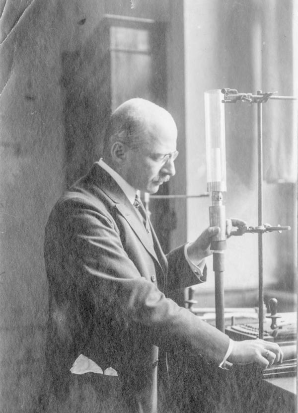 弗里茨・哈伯 合成肥料对现代农业的发展功不可没,这是为什么德国化学家弗里茨・哈伯( Fritz Haber)获得1918年诺贝尔化学奖的原因。弗里茨・哈伯发明了合成氨气的技术,使人类从此摆脱了依靠天然氮肥的被动局面,加速了世界农业的发展。然而,哈伯既是给人类带来丰收的天使,也是给人类带来痛苦和死亡的魔鬼。弗里茨・哈伯在一战中担任化学兵工厂厂长,他是战争贩子,他研发的氯气、芥子气等化 学武器使近百万人死亡。