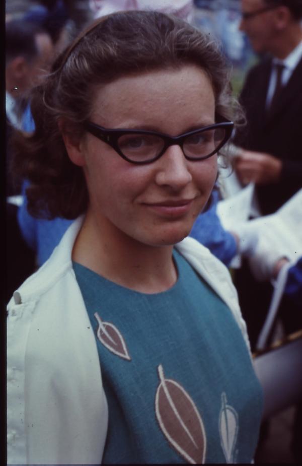 """乔斯林・贝尔 1974年,英国剑桥大学的赖尔(Martin Ryle)和休伊什(Antony Hewish)拿下了当年的诺贝尔物理学奖,赖尔获奖是由于他的观测和发明,特别是综合孔径技术的发明;休伊什则是由于他在发现脉冲星过程中所起的决定性作用。但休伊什曾一度认为脉冲星的脉冲信号是外星人发出的信号,而真正的英雄是一个名为乔斯林・贝尔(Jocelyn Bell)的研究生,她在更早的时候就推断出信号源是一颗旋转的恒星。但因她仅仅是一名研究生,成果被""""窃取""""了。"""