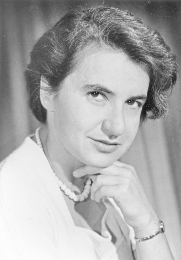 """罗莎琳德・富兰克林 罗莎琳德・富兰克林(Rosalind Franklin)也是诺贝尔奖史上一个悲惨的故事。上世纪50年代,这位英国物理化学家与晶体学家,用X射线测晶法获得了DNA的第一张晶体衍射图片 """"照片51号""""。然而当时的科研环境,对女科学家的歧视处处存在,富兰克林的领导威尔金斯在富兰克林不知情的情况下将照片给了实验室另外两位科学家詹姆斯・沃森(James Watson)和佛朗西斯・克里克(Francis Crick),根据照片,他们推出了DNA的双螺旋结构。1962年的诺贝尔生理学奖颁给了沃森、威尔金斯、克里克,在他们发表的文章中也未曾对富兰克林表示感谢,而富兰克林在1958年就已经因癌症逝世。"""