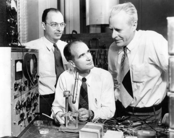 肖克利(中)与另两位科学家 晶体管的发明是20世纪中叶科学技术领域有划时代意义的一件大事,它的诞生使电子学发生了根本性的变革。1956年诺贝尔物理学奖授予美国科学家的肖克利 (William Shockley)、巴丁(JohnBardeen)和布拉坦(Walter Brattain),以表彰他们对半导体的研究和晶体管效应的发现。但肖克利可能并不够资格拿下这届诺贝尔物理学奖,他发明了一种错误的晶体管,而实验的成果是由另两名科学家完成的。