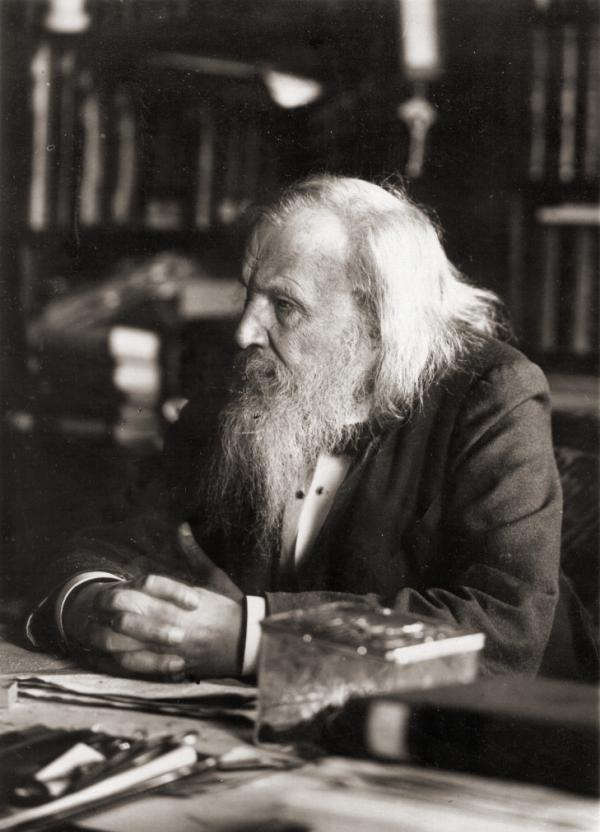 德米特里・伊万诺维奇・门捷列夫 德米特里・伊万诺维奇・门捷列夫(Dmitri Mendeleyev)没能获得诺贝尔奖应该是诺贝尔颁奖史上最令人震惊和遗憾的事情。这位俄国科学家,发现了化学元素的周期性,制作出世界上第一张元素周期表,并据以预见了一些尚未发现的元素。据诺贝尔档案记载,诺贝尔奖委员会本已打算将1906年的化学奖颁给这位大师,但委员会其中一人最终将门捷列夫 踢出了榜单。这位伟大的化学家于1907年去世。
