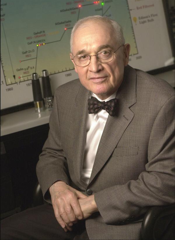 尼克・赫伦亚克 2014年诺贝尔物理学奖被授予了日本科学家赤崎勇、天野浩和美籍日裔科学家中村修二,以表彰他们发明了蓝色发光二极管(LED),并因此带来的新型节能光源。但科学界不少人质问,为什么不颁发给尼克・赫伦亚克(Nick Holonyak)呢,他在1962年就发现了发光二极管。当时尼克・赫伦亚克只是美国大厂通用电气公司的一名普通研究人员,打造出了第一颗红光LED,而且他还认为未来能够发出其他波长的光,意味著LED将有很多种不同的颜色光,未来白炽灯一定会被LED取代掉。