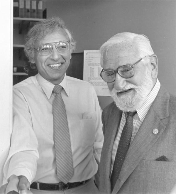 """罗伯特・盖洛(左) 2008年,两位法国科学家西诺西(Francoise Barre-Sinoussi)和蒙塔尼(Luc Montagnier)""""因发现人类免疫缺陷病毒""""而 获诺贝尔医学奖,这使许多科学家感到有点意外。意外的不是两位法国科学家的获奖,而是另一位为""""发现人类免疫缺陷病毒""""做出重大贡献的美国科学家罗伯特・盖洛(Robert Gallo)未在授奖名单里。发现艾滋病病原之争是科学史上科学发现优先权之争的典型案例,盖洛是人类逆转录病毒研究的先驱,他第一个分离出人逆转录病毒 -人T细胞白血病病毒HTLV,并建立了体外培养人T细胞的方法,这是研究人T细胞逆转录病毒的基础。超过100名科学家共同签署了反对意见,刊登在了《科学》杂志上,以抗议盖洛被诺贝尔奖委员会忽视。"""