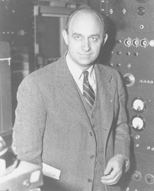 恩利克・费米 1938年,诺贝尔奖委员会公布,基于证明经中子轰击产生新的放射性元素授予费米诺贝尔奖。争论的焦点不在于费米是否该得奖,而同样在于选择哪项成果作为授奖依据。费米是20世纪杰出科学家,贡献是多方面的。对此,费米本人也不满意。在颁奖演说中,他指出了自己工作不足的地方:哈恩和斯特拉斯发现,在衰变过程中,放射性铀产生的钡,由此必须重新认识超铀元素。把新元素研究和原子核反应研究一起当做费米获奖的理由,显然不妥。