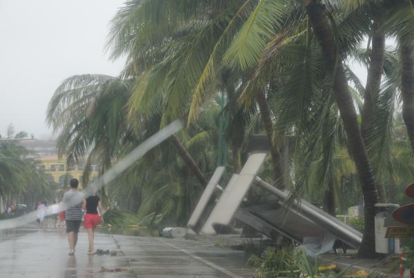 """10月5日20时,国度减灾委、民政部对准超强飓风""""彩虹""""给广东、广西受灾大众酿成的严峻影响,紧迫启动国度Ⅳ级救灾应急相应。这次飓风已致两省区逾460万人受灾,最少15人殒命或失落。10月4日,飓风""""彩虹""""横扫湛江。 CFP 图"""