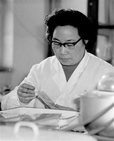 20世纪80时代初,屠呦呦在停止科研事情。