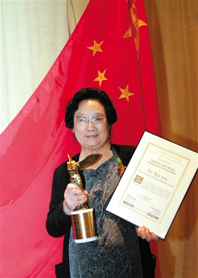 2011年9月,屠呦呦在纽约举办的拉斯克奖颁奖典礼上展现奖杯和证书。新华社记者 王成云 摄