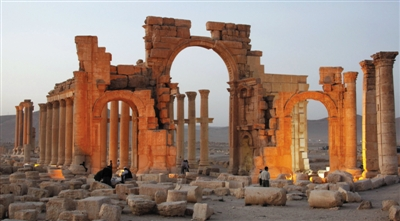 """10月4日,叙利亚古城巴尔米拉标志性建筑凯旋门被""""伊斯兰国""""炸毁。图为被炸毁前的凯旋门。图/IC"""