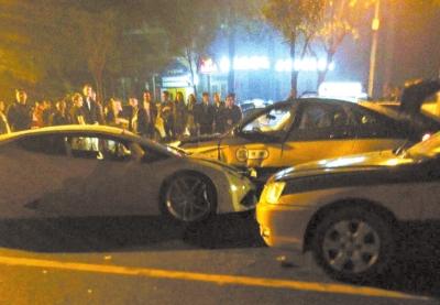 兰博基尼撞上出租车后停车。读者供图