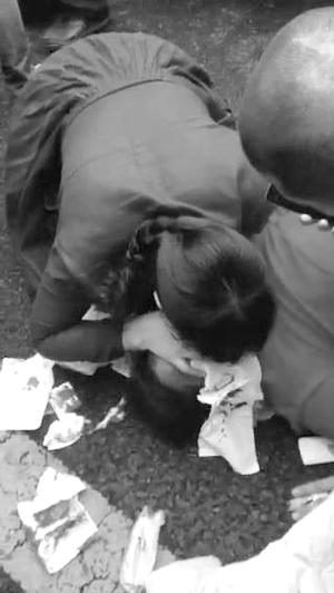 男子事故现场为伤者做野生呼吸 新盐城论坛网友供图