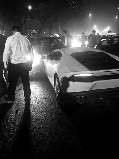 昨天凌晨,一辆高速行驶的无牌照白色兰博基尼在工体北门附近与多车发生剐撞。据悉,该事故造成八车损坏,兰博基尼司机弃车离开现场,有一名出租司机受轻伤。肇事司机于某某已被警方控制,案件正在进一步处理中。