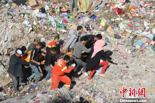 图为营救职员正在尽力救援被困者. 黄开森 摄