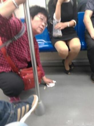 上海地铁一女生嗑瓜子乱扔壳 旁边阿姨捡起