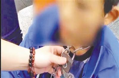 一条铁链,锁在13岁男孩脖子上