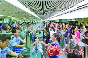 深圳边检总站开足查验通道服务广大出入境旅客。